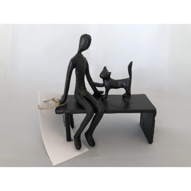 Mand og kat på bænk